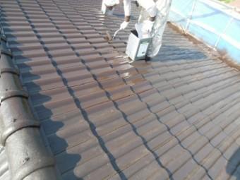 岸和田市天神山町の屋根を中塗り