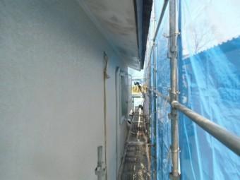 岸和田市天神山町の外壁を吹き付けで下塗り