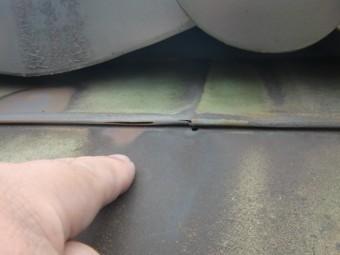 岸和田市の銅板晒し葺きの屋根に穴があいています
