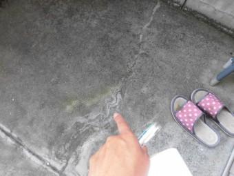 岸和田市八阪町のベランダ床の亀裂