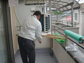 貝塚市のベランダに設置されている室外機を復旧