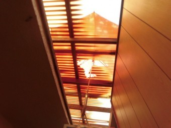 岸和田市春木の割れた波板を傘で補修