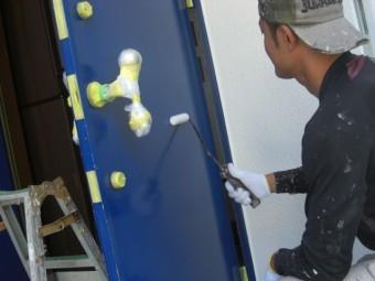 貝塚市半田の玄関塗装で下塗り