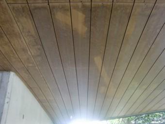 岸和田市土生町の玄関庇の黒ずんだ天井板現況
