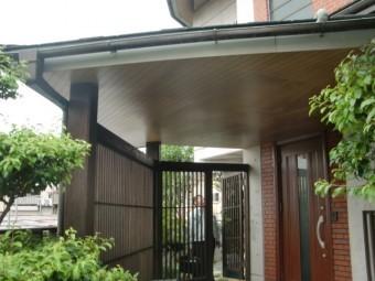 岸和田市土生町の玄関庇の天井板張替え着工
