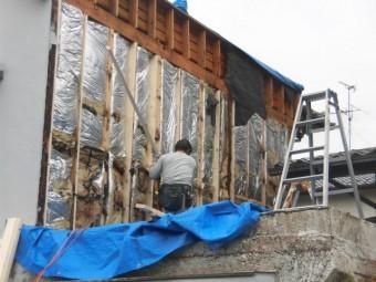 岸和田市上松町の劣化した外壁下地を修理中