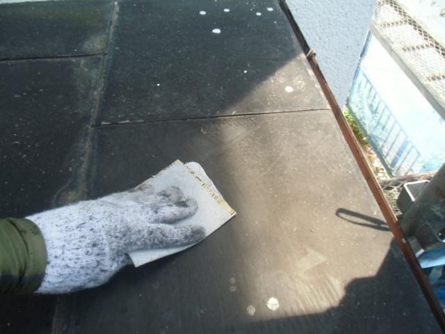 岸和田市摩湯町の玄関庇の天井の汚れ落とし
