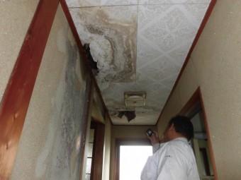岸和田市包近町の廊下の雨漏り現調