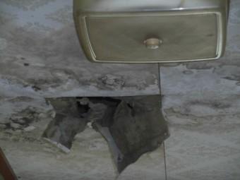 岸和田市包近町の廊下の天井の雨漏り
