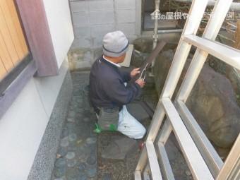 岸和田市西之内町で屋根の水切り加工中