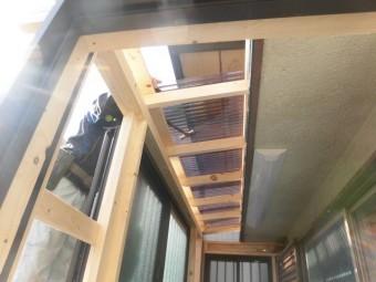 岸和田市土生町の物干し場の屋根に波板を張っています