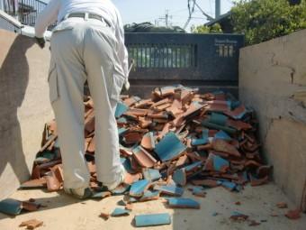 泉南市岡田の撤去した瓦をトラックに積み込み