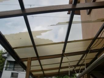 貝塚市の2階のテラスの波板が飛散