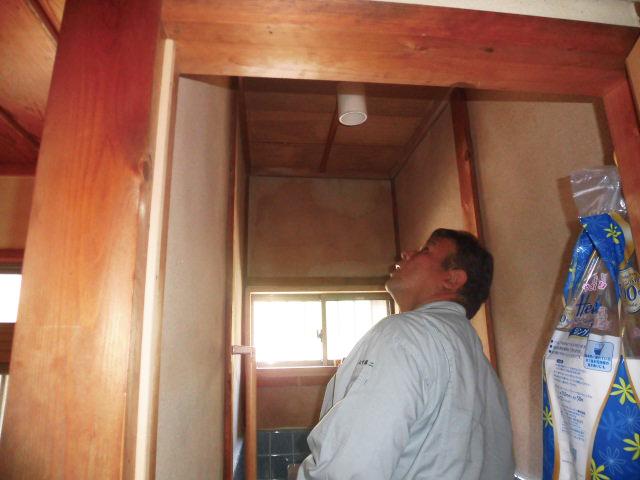 岸和田市中町のトイレの天井の雨漏り確認