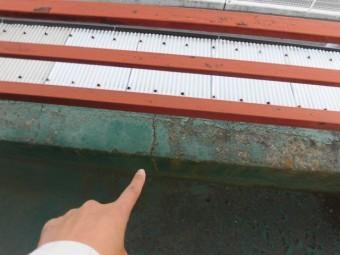 岸和田市のベランダの立ち上がり部分もひび割れています!