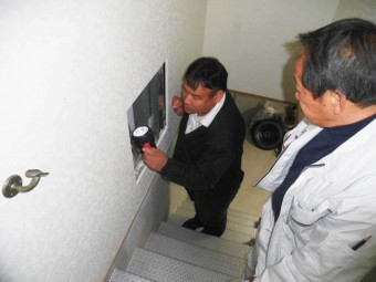 貝塚市の雨漏り調査で壁の内部調査
