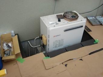 岸和田市西之内町のデッキサイドの給湯器