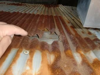 大阪市東住吉区の穴か開いたトタン屋根