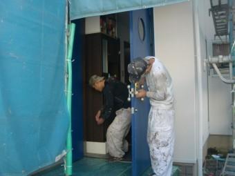 貝塚市半田の玄関塗装で養生