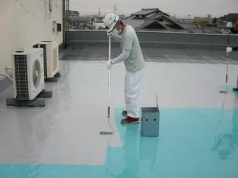 岸和田市の屋上防水でトップコート塗布状況