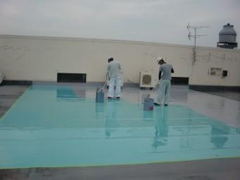 岸和田市の屋上防水でトップコート塗布