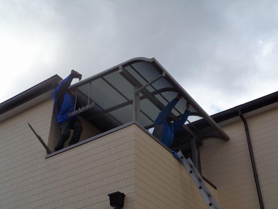 熊取町のベランダ屋根取付工事