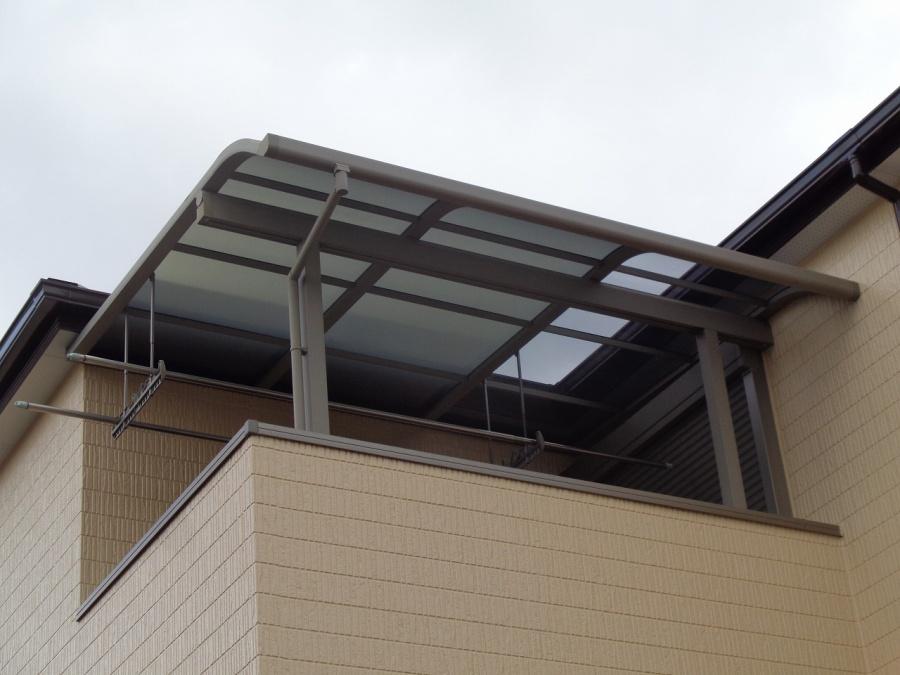 熊取町のベランダ屋根の飛ばされたパネルの復旧