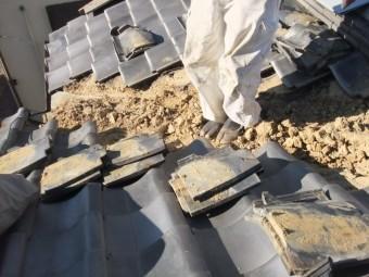 岸和田市作才町の谷樋部分の瓦仮撤去