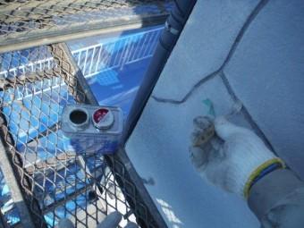 和歌山市善明寺のクラックにプライマー塗布
