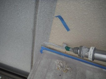 貝塚市の補修材撤去跡にシーリング充填