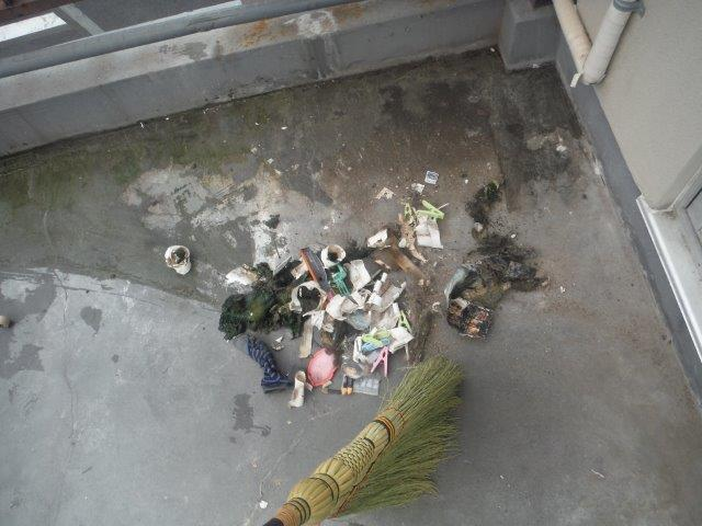 岸和田市のバルコニー清掃中