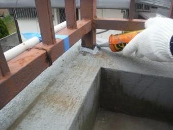 岸和田市のベランダ防水で手すりの支柱を防水