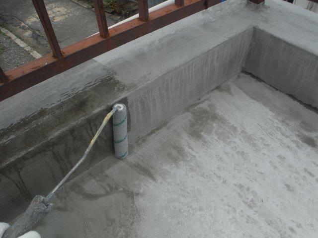 岸和田市のバルコニーにプライマー塗布