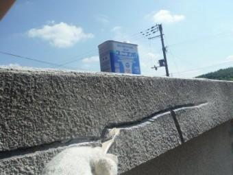 岸和田市包近町の屋根のクラックの溝にプライマー塗布