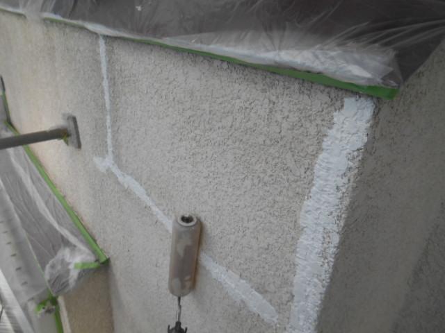 岸和田市岡山町の外壁のクラック補修後のパターン付け