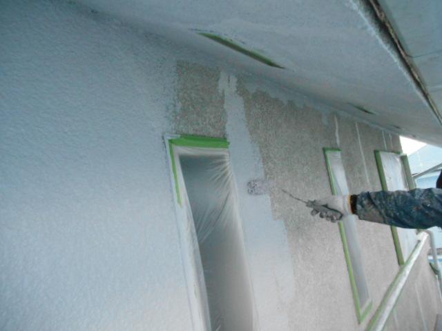 岸和田市岡山町の外壁や軒天井の下塗り