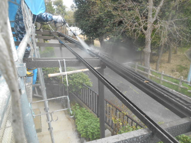 岸和田市天神山町のテラス屋根のフレームも洗います!