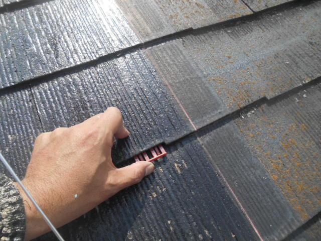 岸和田市天神山町の屋根の縁切りでタスペーサー挿入