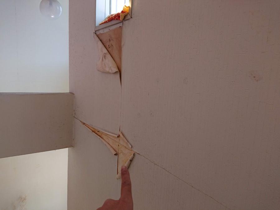岸和田市の窓からの雨漏りでクロスが剥がれています