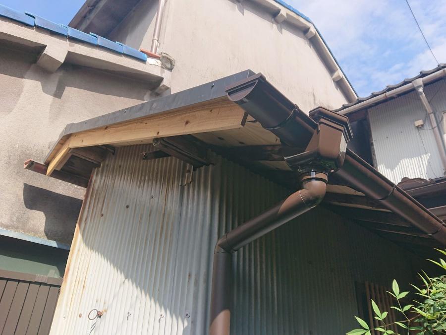 熊取町の葺き替えた離れの屋根に雨樋を取付け