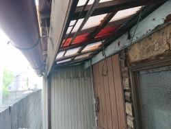 貝塚市の劣化が進んだテラスの波板