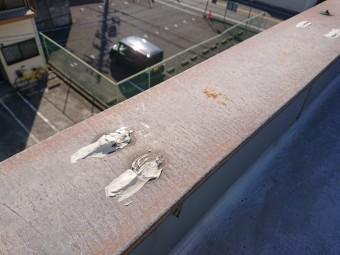 岸和田市で笠木を固定したビス頭にシーリングを充填