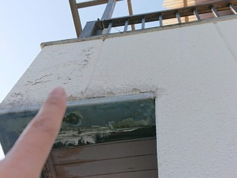 岸和田市のベランダの壁に水が廻っています