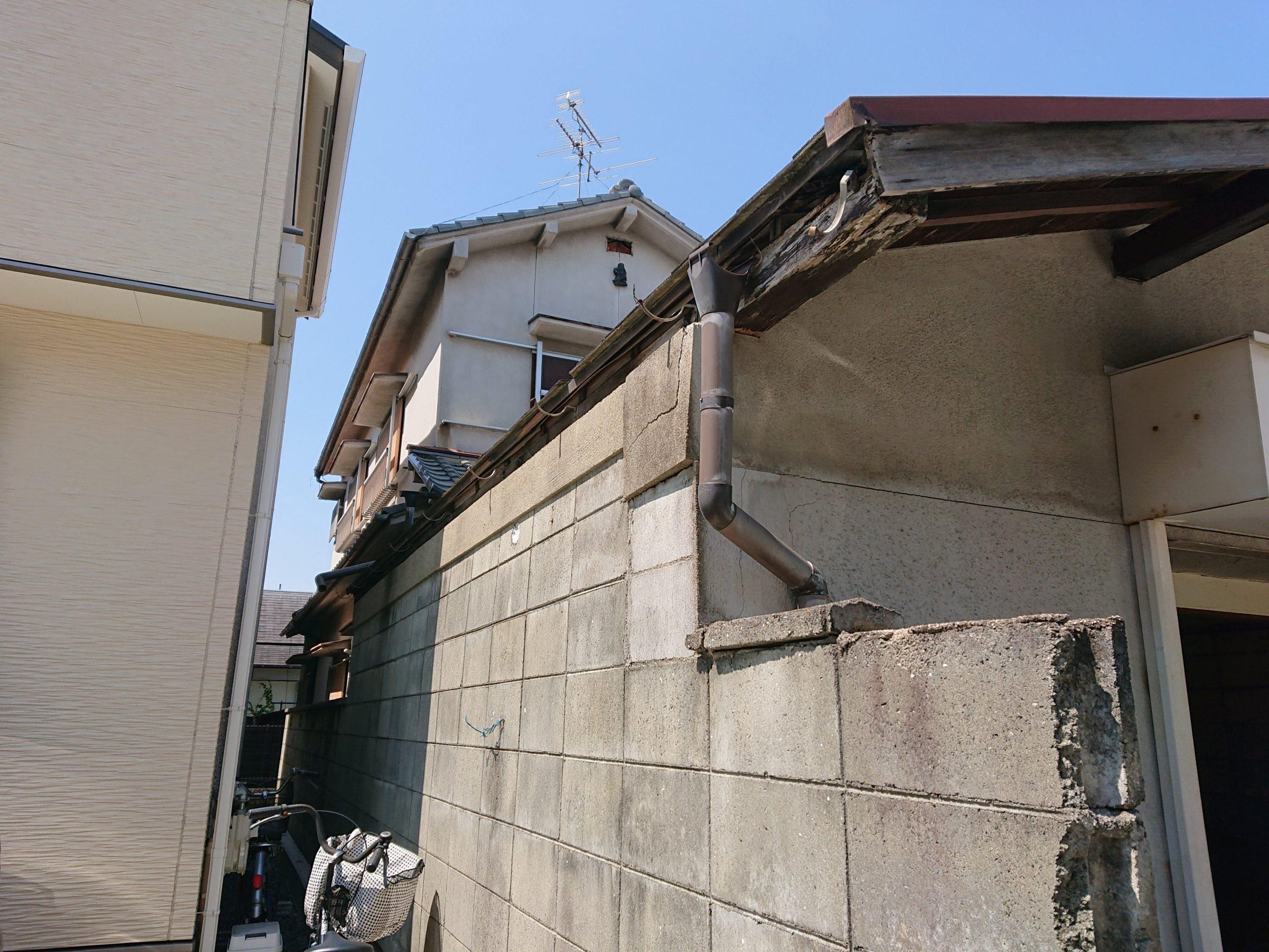 忠岡町のガレージの雨樋が飛散