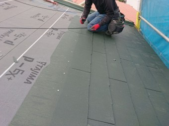 和泉市の屋根にスレートを葺きます