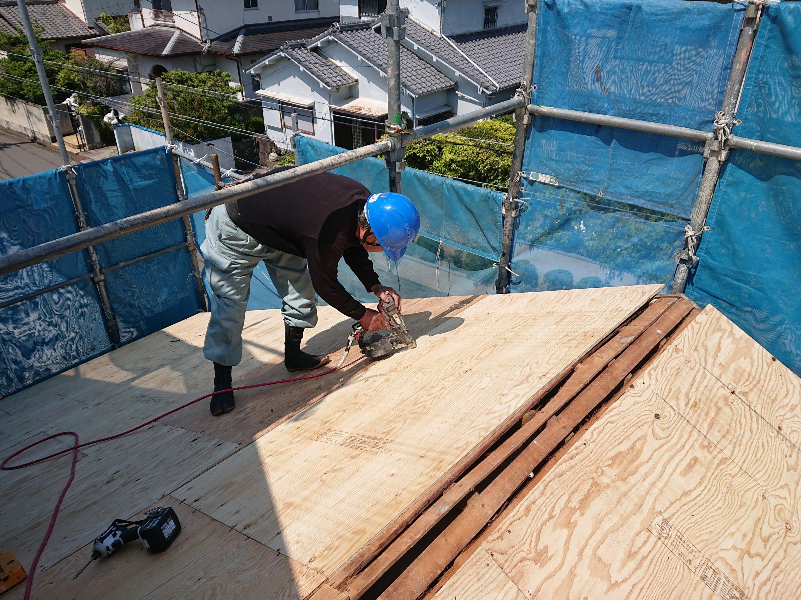 岸和田市の屋根の野地板張り