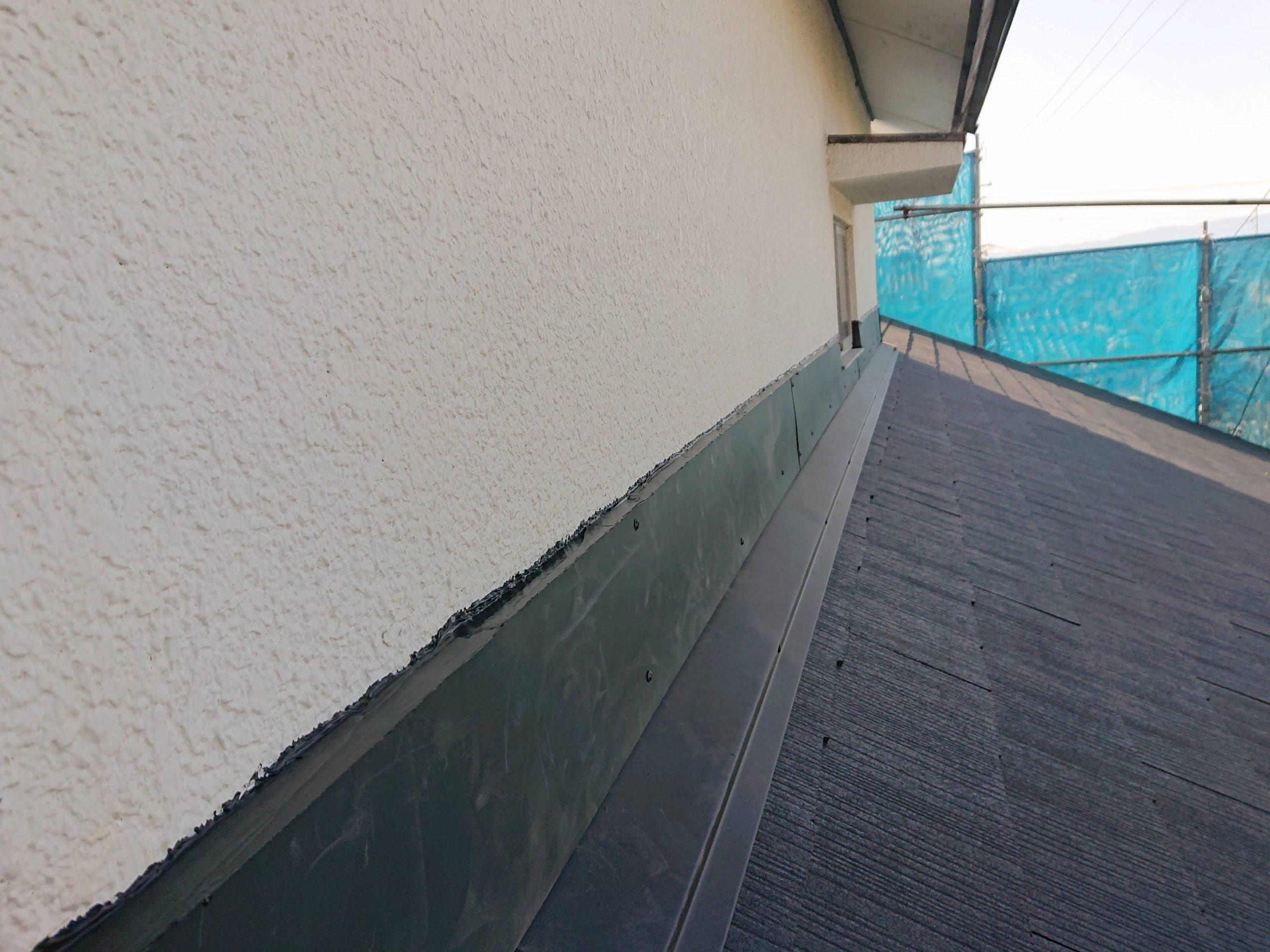 岸和田市の壁際にガルバリウム鋼板を取付けました
