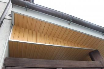 岸和田市土生町の玄関庇の天井板張替え・サイドも