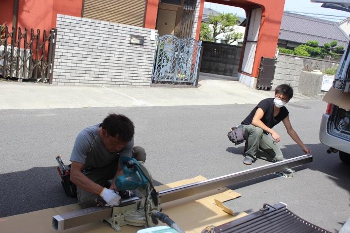 岸和田市神須屋町のカーポートの部材カット中