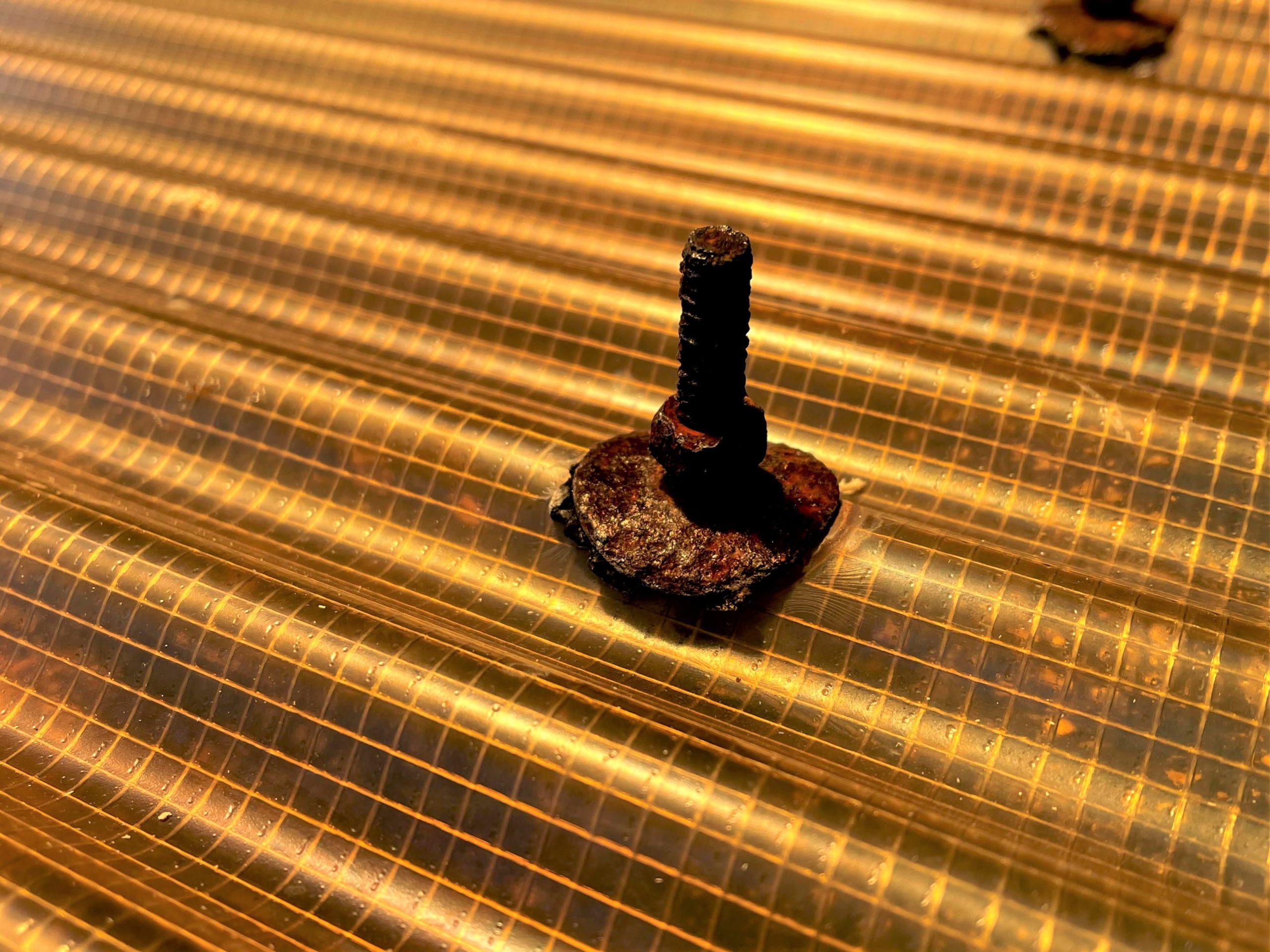 ガラス繊維ネットを挟んで強化した硬質塩化ビニール素材でできた波板。車庫でよく使われる素材